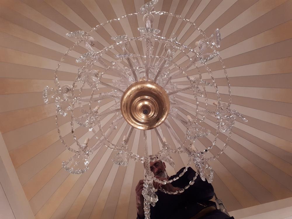 Come spostare un lampadario antico